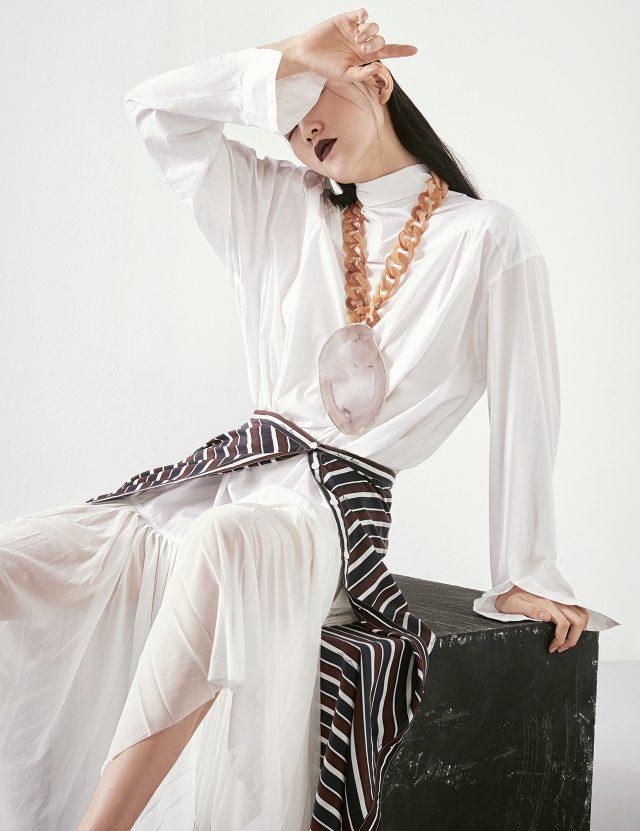 시스루 플리츠 디테일의 셔츠 드레스는 Céline, 레이어드한 실크 스커트는 Nina Ricci, 원석 장식의 오버사이즈 체인 목걸이는 Givenchy by Riccardo Tisci 제품.