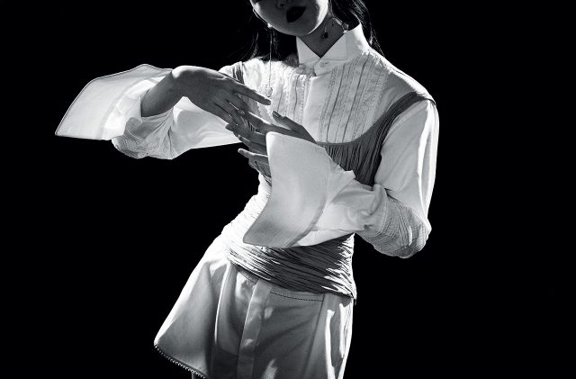 와이드 커프스 셔츠 드레스는 Burberry, 개더 디테일 톱은 2백17만원으로 Brock Collection by Mue, 주얼 장식의 드롭 귀고리는 4만9천원으로 &Other Stories 제품.