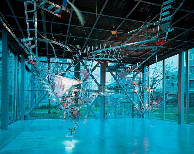 사라 지(Sarah Sze), '솟아오르는 것은 모두 덮어야 한다(Everything that Rises Must Converge)', 1999, 혼합매체, 가변크기,  전시 커미션 작품, 1999~2000년 소장