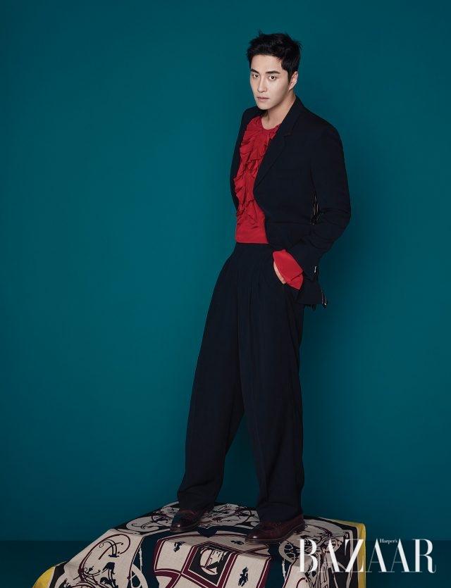 어깨를 강조한 재킷, 핀턱 디테일의 와이드 팬츠는 모두 Mnn, 러플 디테일 블라우스는 Kimseoryong, 윙팁 슈즈는 Alden by Unipair 제품.