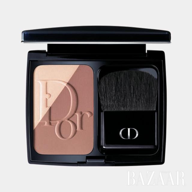 """""""컨투어를 강조하고 싶을 땐 디올의 블러시를 사용한다."""" Dior '디올블러쉬 스컬프트 프로페셔널 컨투어링 파우더 블러쉬'는 약 $44."""
