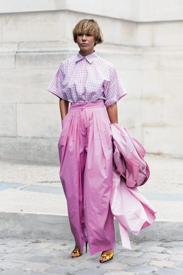 러블리한 톤온톤의 핑크 컬러 룩을 아방가르드한 실루엣으로 연출한 러시아 디자이너 비카 가진스카야.