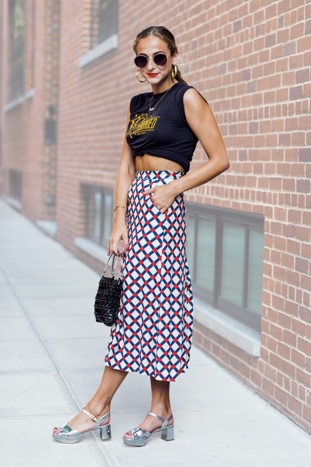 캐주얼한 크롭트 티셔츠와 지오메트릭 패턴 스커트의 쿨한 조합.