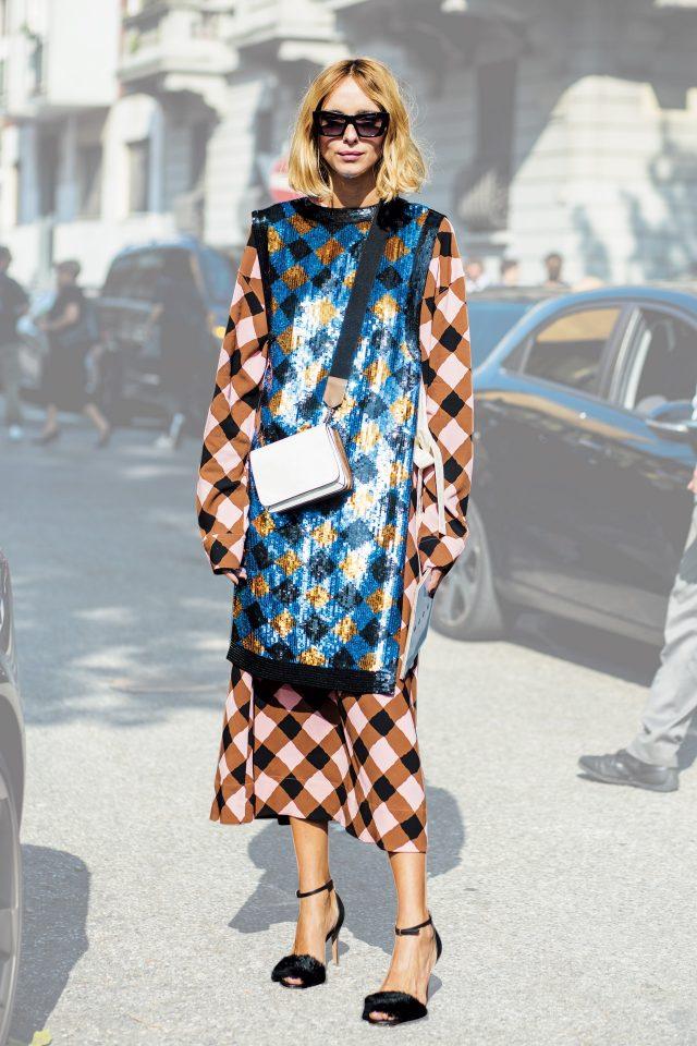 실키한 체크 패턴 드레스에 시퀸 베스트를 레이어드해 텍스처에 재미를 더한 칸델라 노벰브레