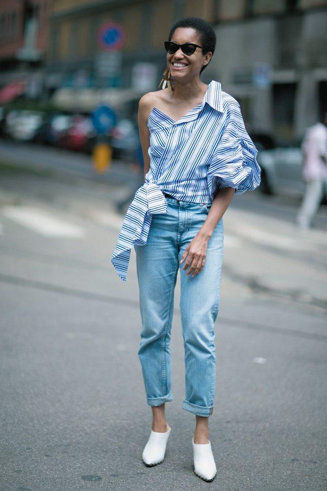 원 숄더 셔츠에 데님 팬츠를 매치한 패션 블로거 타무 맥퍼슨