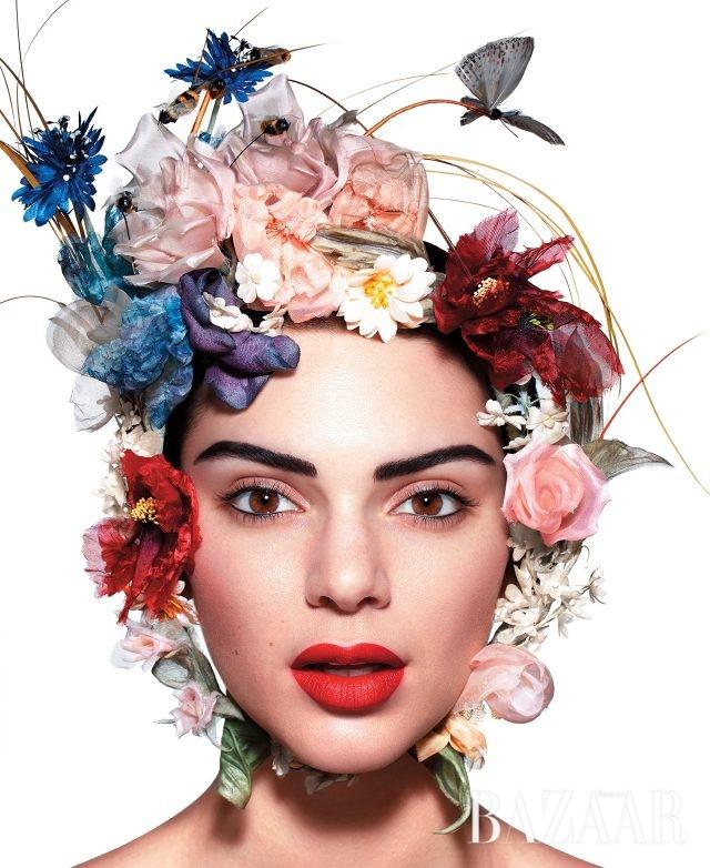 머리 장식은 Dior Haute Couture 제품.BEAUTY BAZAAREstée Lauder'퓨어 컬러 러브 립스틱(약 $22)'의 바 레드 컬러는 입술의 수분을 유지하면서 매트한 촉감을 아름답게 연출한다.