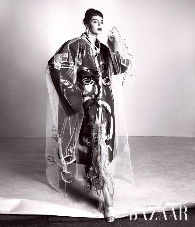 코트, 셔츠, 귀고리, 슈즈는 모두 Maison Margiela Artisanal by John Galliano 제품.