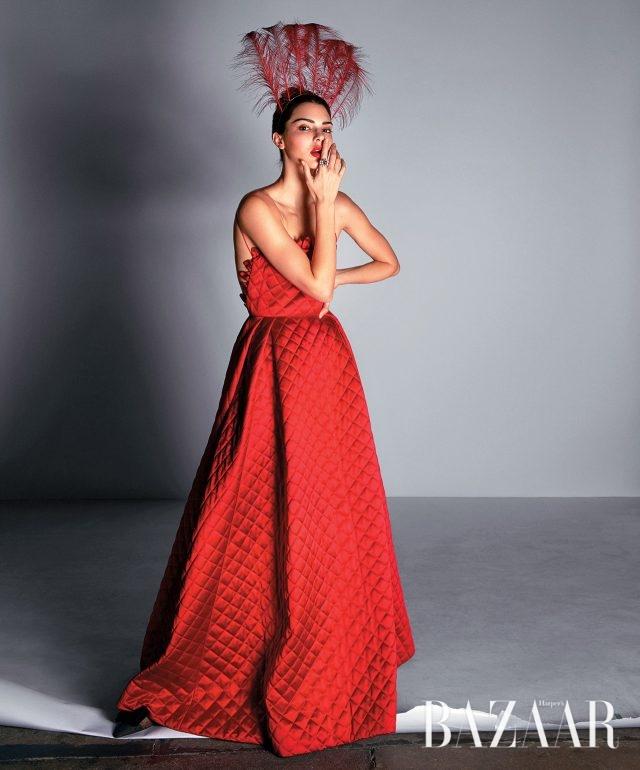 드레스, 티아라, 슈즈는 모두 Dior Haute Couture, 반지는 가격 미정으로 Dior Fine Jewelry 제품.