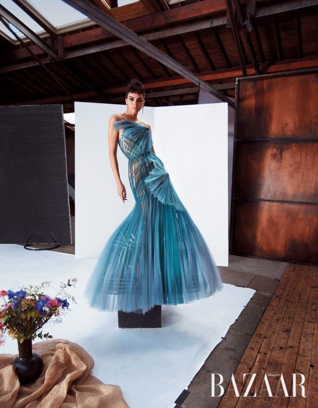 드레스는 Atelier Versace, 귀고리는 가격 미정으로 Tiffany & Co. 제품.BEAUTY BAZAAREstée Lauder '더 브라우 멀티-태스커(약 $29)'로 연출한 완벽하게 강인한 눈썹.