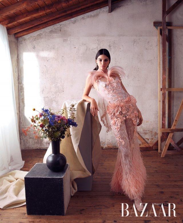 드레스, 타이츠, 슈즈는 모두 Givenchy Haute Couture by Riccardo Tisci, 귀고리는 가격 미정으로 Tiffany & Co. 제품.BEAUTY BAZAAREstée Lauder '퓨어 컬러 러브 립스틱(약 $22)' 로 슈거 컬러는 완벽한 장밋빛 누드 컬러다.