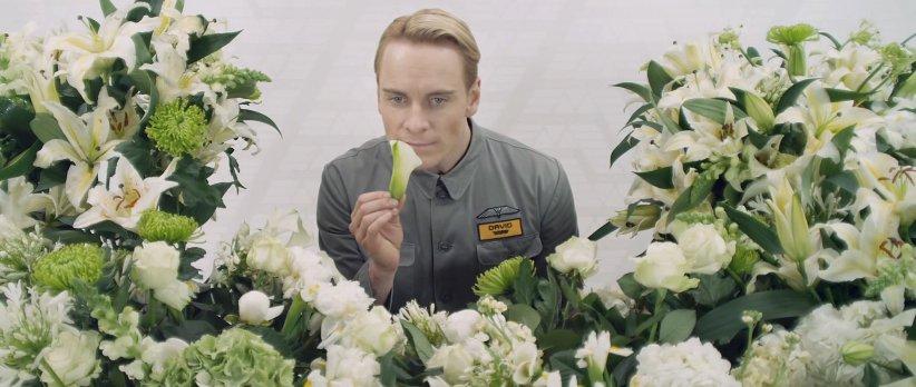 영화 '에이리언: 커버넌트'의 안드로이드 데이빗. 무섭도록 인간에 가까운 혹은  인간 이상인 그처럼, 정말 로봇에게도 '진심'이 있을까?