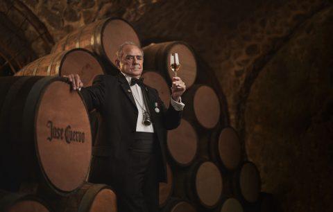 리제르바 델라 파밀리아 셀러 안에서 테이스팅을 하는 세계 최고의 데킬라 마스터 블랜더 돈 프란시스코