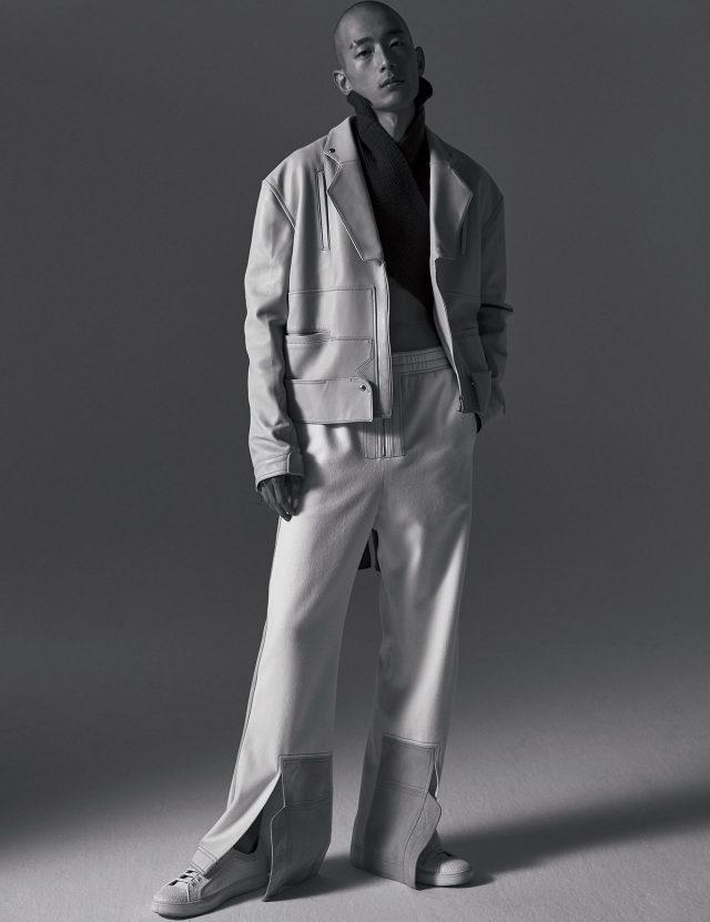 다양한 방식으로 연출할 수 있는 니트 톱, 가죽 재킷, 팬츠는 모두 The-Sirius, 스니커즈는 Dior Homme 제품.