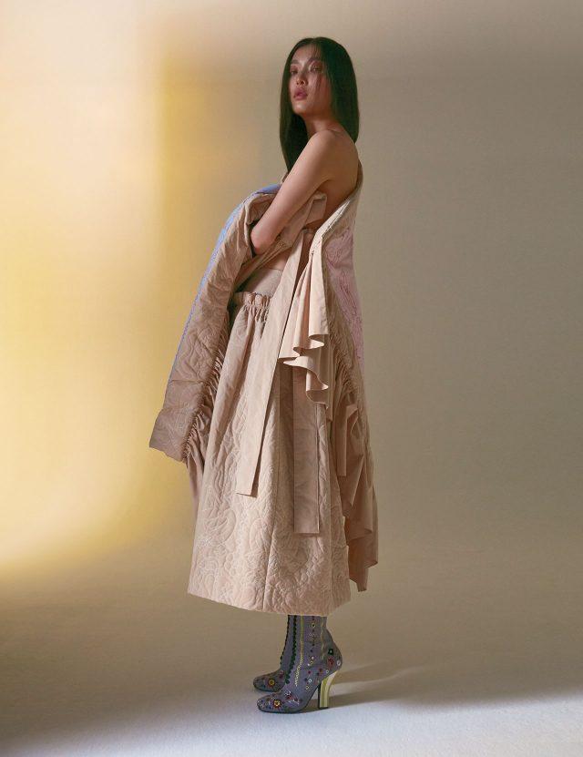 드라마틱한 실루엣의 케이프는 81만원, 스커트는 99만원으로 모두 MINJUKIM, 로맨틱한 디테일의 앵클부츠는 1백51만원으로 Fendi 제품.