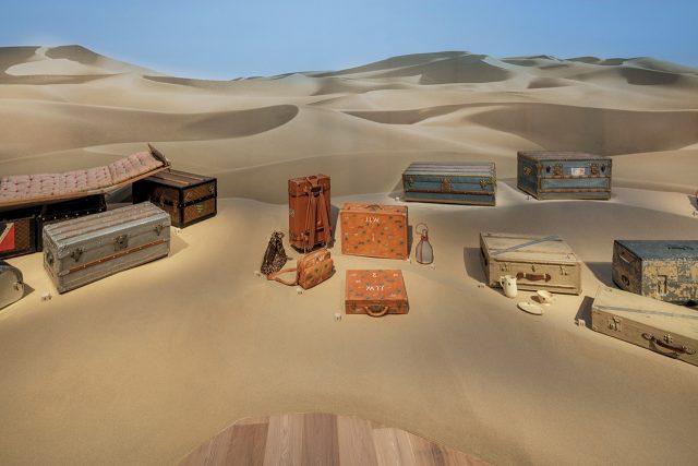 모래사장에 전시된 트렁크들
