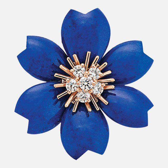 라피스 라줄리 원석과 다이아몬드가 세팅된 플라워 펜던트는 가격 미정으로 Van Cleef & Arpels