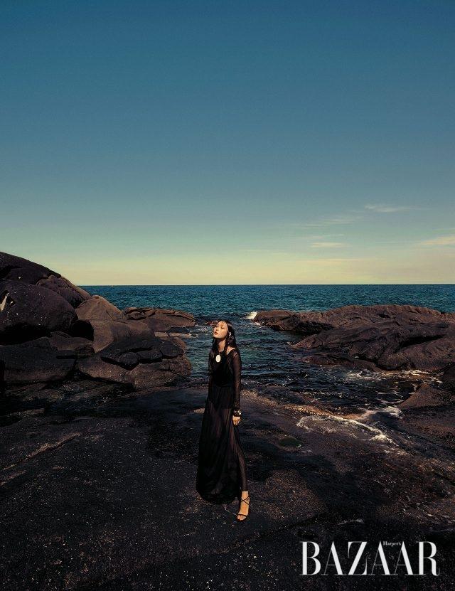 시스루 드레스는 2백40만원으로 Emilio Pucci, 볼드한 펜던트 목걸이는 58만원으로 Etro, 구조적인 뱅글은 90만원대로 Louis Vuitton, 스트랩 스틸레토 힐은 Jimmy Choo 제품.