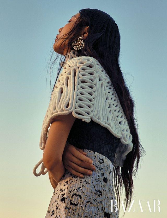 아티스틱한 디자인의 케이프는 Burberry, 튜브 톱 드레스는 Louis Vuitton, 싱글 귀고리는 Chanel 제품.