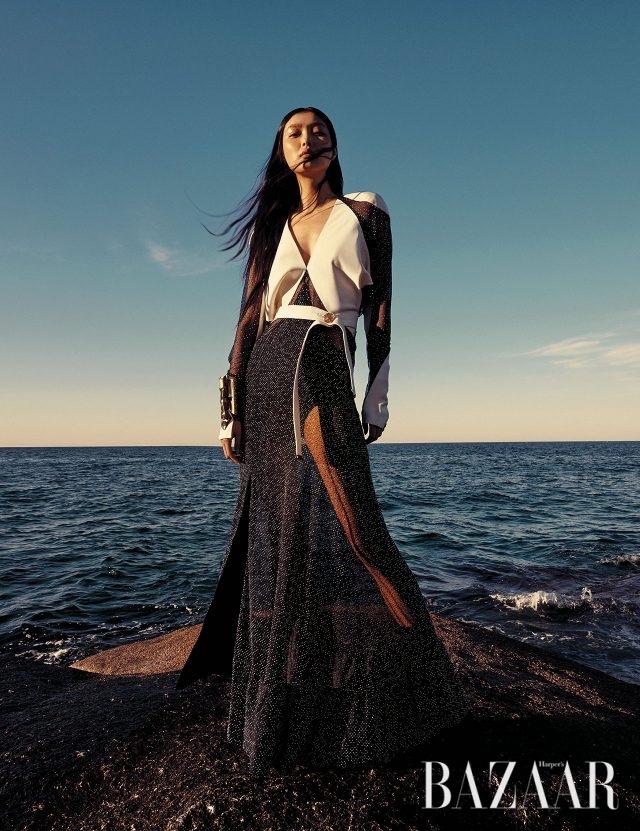 은은한 주얼 스톤 장식의 시스루 드레스는 Louis Vuitton, 트라이벌 무드의 뱅글은 Loewe, 앵클부츠는 1백35만원으로 Burberry 제품.