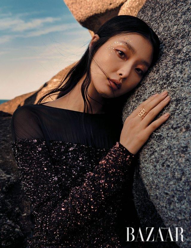 시퀸 소재 드레스는 9백30만원으로 Tom Ford, 조형적인 골드반지는 Hermès 제품.