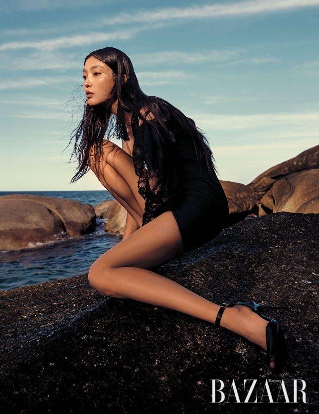 원 숄더 드레스는 가격 미정, 태슬 귀고리는 80만원대, 스틸레토 힐은 가격 미정으로 모두 Saint Laurent by Anthony Vaccarello 제품.