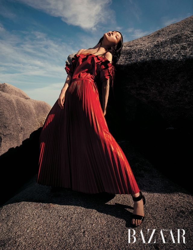 레이스업 디테일의 가죽 소재 드레스는 Valentino, 볼드한 귀고리는 Emporio Armani, 스트랩 슈즈는 1백50만원대로 Tom Ford 제품.