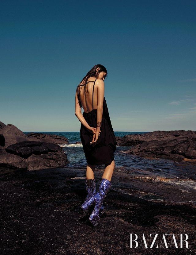 선의 미학이 담긴 코쿤 드레스는 1백만원대로 Maison Margiela, 구조적인 디자인의 골드 뱅글은 Hermès, 시퀸 장식의 플랫폼 부츠는 Dsquared2 제품.