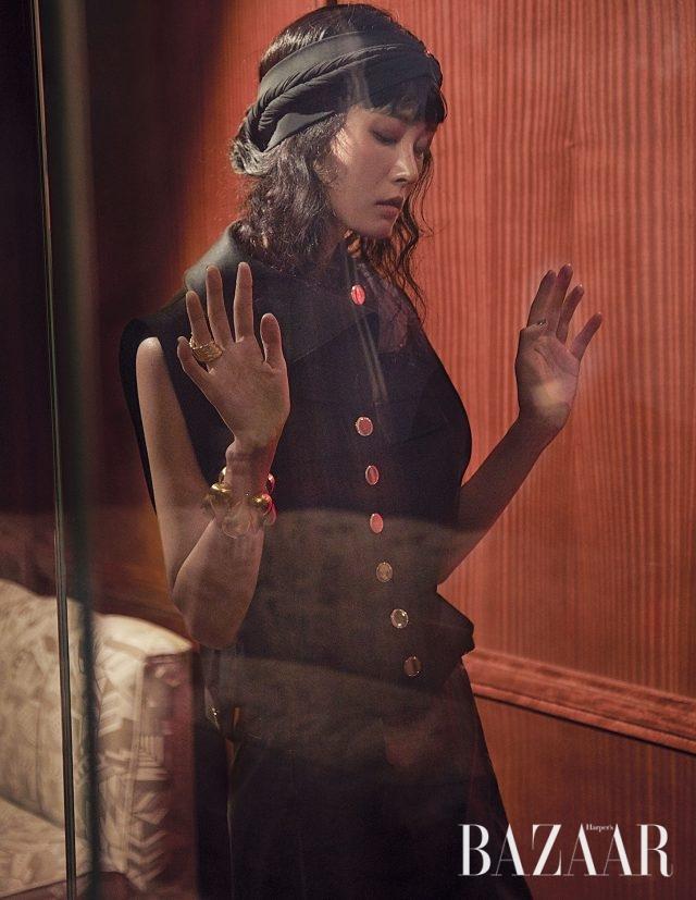 골드 버튼 베스트, 가죽 스커트, 뱅글은 모두 Louis Vuitton 제품.