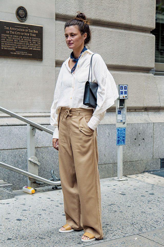 뉴트럴 컬러의 모던한 와이드 팬츠 룩에 스카프를 매치해 위트를 더했다.