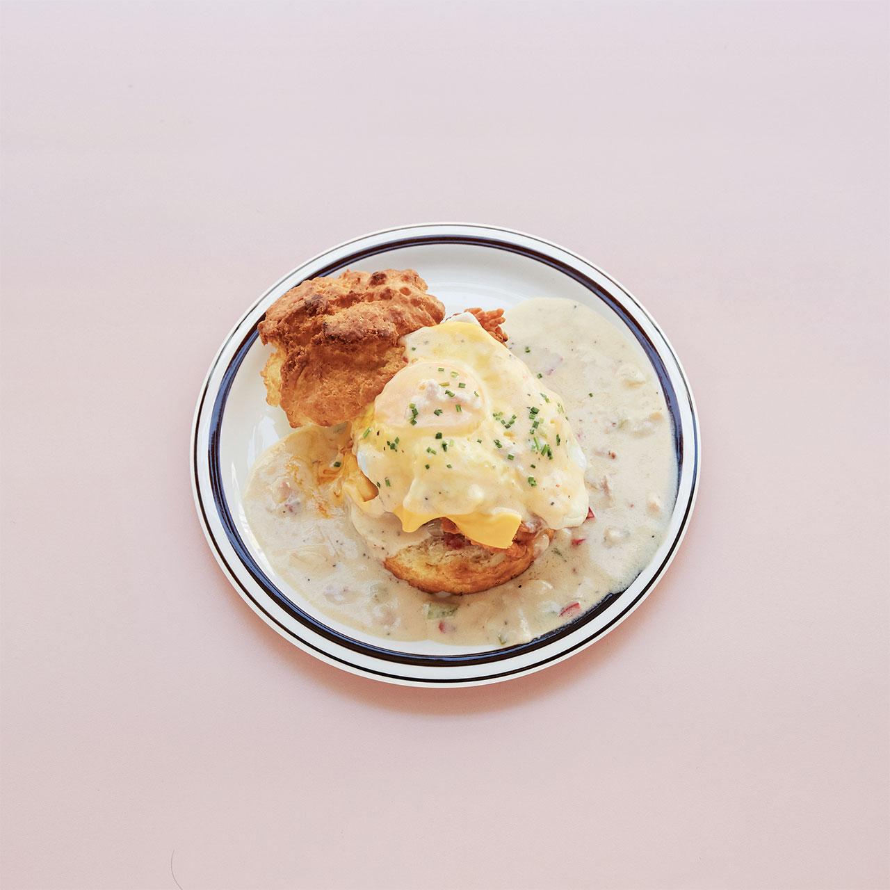 비스킷 사이에 치킨을 올리고  그레이비를 더한 '서더너'