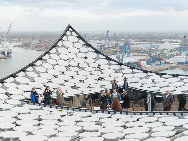 하늘로 솟구치는 물결 형태와 하얀 덮개로 독특한 외관을 자랑하는 건축물이 독일 함부르크에 들어섰다.