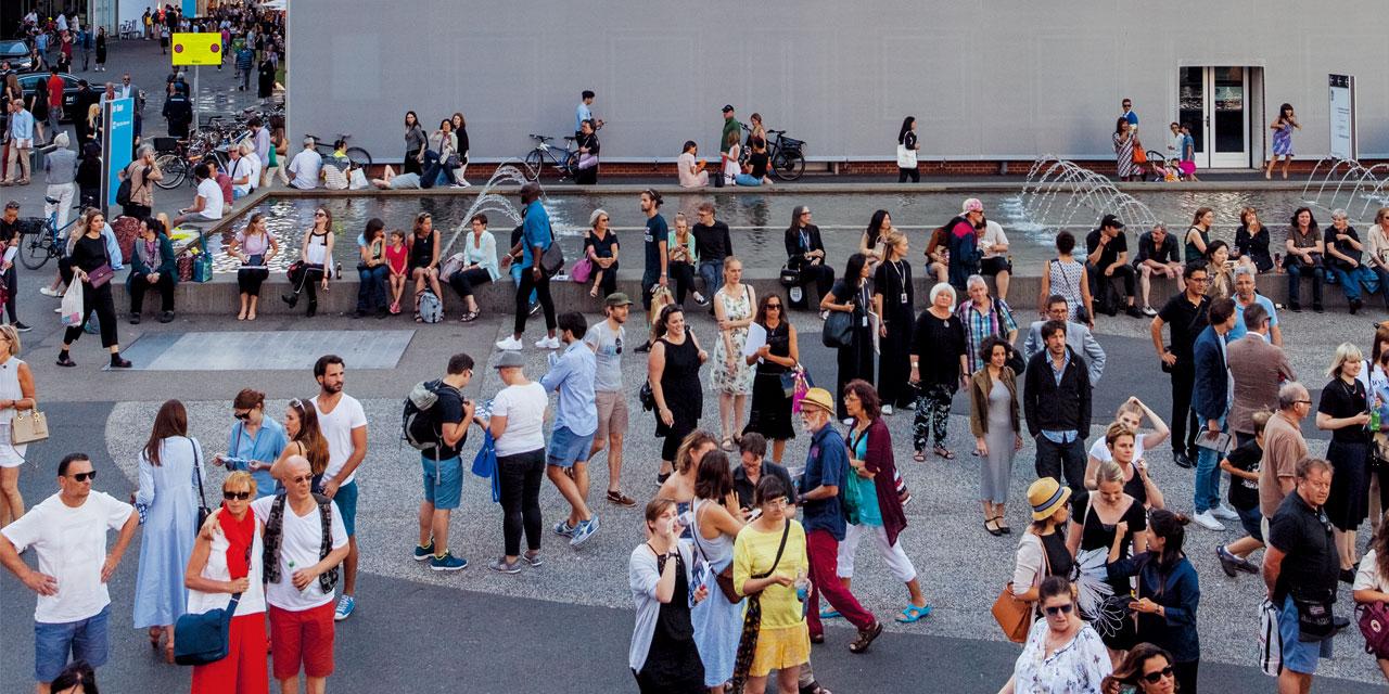 """""""아트바젤이 더 이상 성장할 수 있을까 하고 매번 생각하지만, 아트바젤은 매년 성장하고 있다""""는 누군가의 말처럼, 전 세계의 영향력 있는 딜러와 컬렉터, 아티스트들이 모여든 아트바젤은 올해도 강력한 힘을 발휘하였다. 물론 그 무엇에도 해당되지 않는 예술 애호가에게도 바젤이라는 도시는 흥미롭기 그지없다. 최고의 국제 미술 시장인 바젤이 펼쳐놓은 예술적 미로 속으로."""