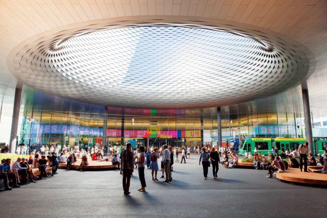 아트바젤/디자인 마이애미. 전 세계 갤러리스트와 컬렉터, 큐레이터들을 한자리에 모으는 아트바젤과 디자인 마이애미가 열리는 컨벤션 센터, 메세 바젤. 아트바젤뿐 아니라 시계 박람회와 주얼리 박람회를 비롯한 크고 작은 전시가 이곳에서 열린다.