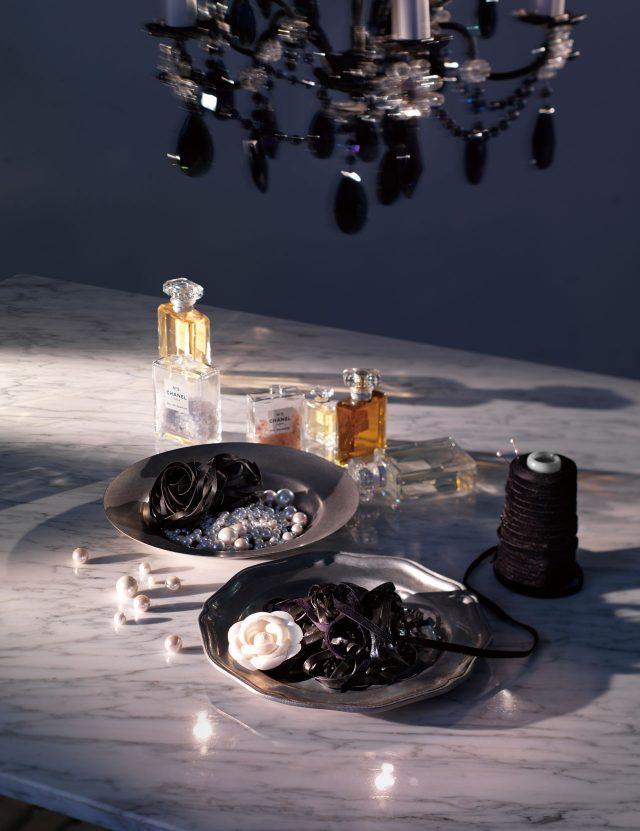 블랙 크리스털 장식의 샹들리에는 Hillolighting, 향수는 모두 Chanel 'N° 5'.
