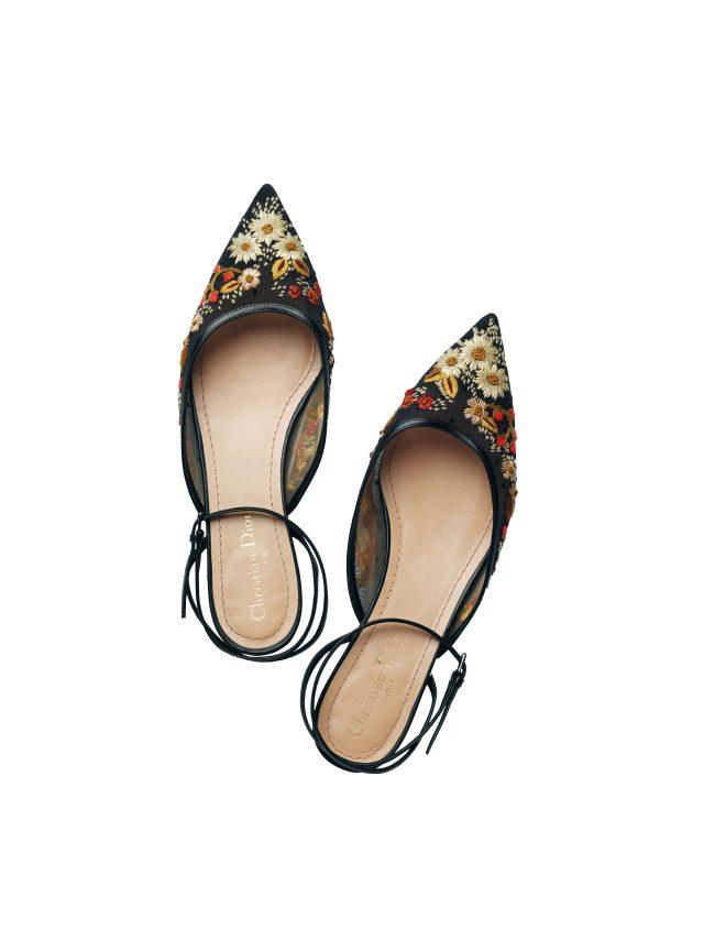 서정적인 플라워 장식이 우아함을 더하는 플랫 샌들은 가격 미정으로 Dior.