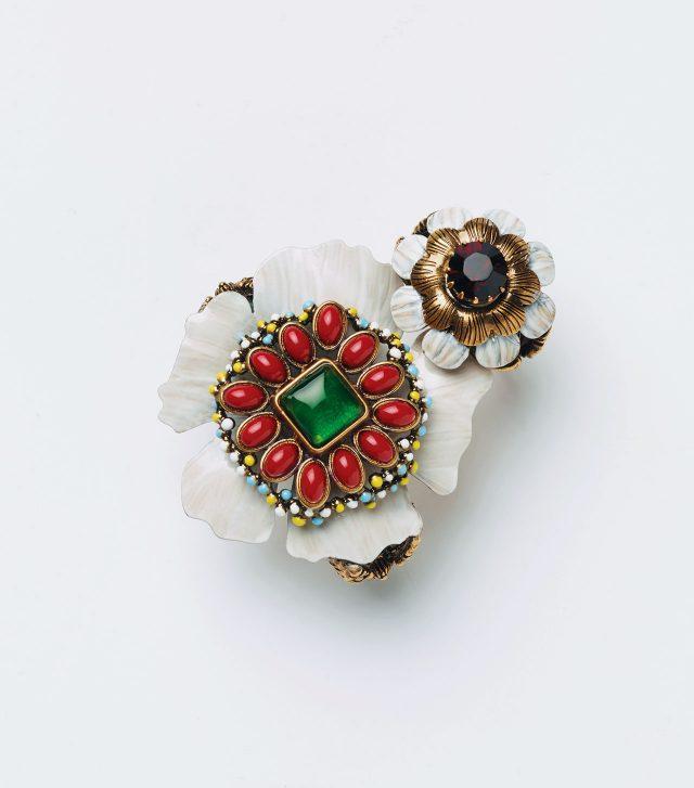 앤티크한 소재의 플라워 모티프 반지는 모두 가격 미정으로 Gucci.