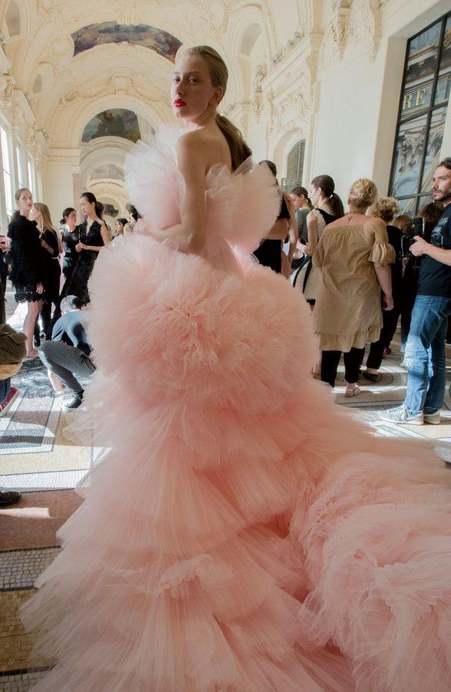 파우더리한 핑크 컬러가 돋보이는 지암바티스타 발리의 튤 드레스를 입고 포즈를 취한 모델 마리나 폴카노바.