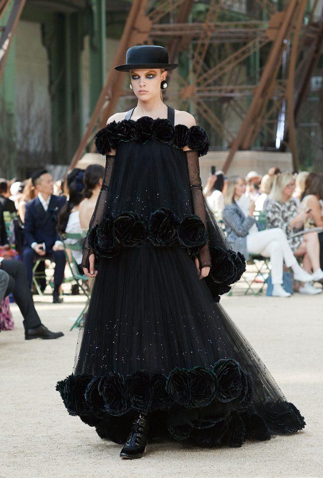 울 밤 반짝이는 에펠탑을 닮은 블랙 이브닝 드레스.