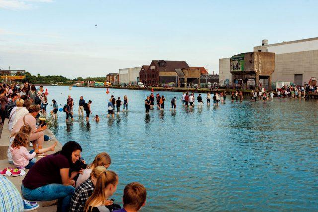 터키 작가 아이제 에르크가 뮌스터의 항구에 설치한 'On Water'는 올해 뮌스터 조각 프로젝트에서 가장 인기 있는 작품 중 하나다. 강 속에 다리를 숨겨놓아 성경 속 예수가 물 위를 걸었던 모세의 기적을 체험하게 하는 동시에, 이 작품이 없었을 때는 20분이 걸리던 두 항구 사이의 이동 거리를 5분으로 단축시켰다.
