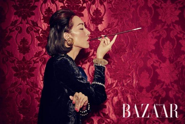 주얼 장식의 벨벳 원피스는 4백60만원으로 Gucci, 골드 귀고리는 Balenciaga, 프린지 반지는 62만원, 볼드한 골드 뱅글은 가격 미정으로 모두 Louis Vuitton 제품.