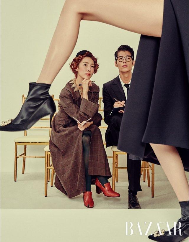 (왼쪽부터) 롱 코트는 9백만원대, 타이즈는 가격 미정으로 모두 Jinteok, 모자는 Gucci, 초커는 Louis Vuitton, 펌프스는 Céline 제품. 수트, 셔츠, 팬츠, 슈즈는 모두 Bottega Veneta, 안경은 37만5천원으로 Tony Scott, 타이는 Dior Homme, 만년필과 노트는 모두 Hermès 제품. 롱 재킷은 6백70만원으로 Dior, 새틴 부츠는 2백80만원대로 Roger Vivier 제품.