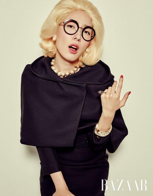 후드 케이프, 이너로 입은 재킷, 원피스, 진주 목걸이는 가격 미정, 진주 귀고리는 60만원대로 모두 Dior, 오버사이즈 안경은 Prada, 반지는 30만원으로 Miu Miu, 구조적인 형태의 골드 뱅글은 1백55만원으로 Atlien by BOONTHESHOP 제품.