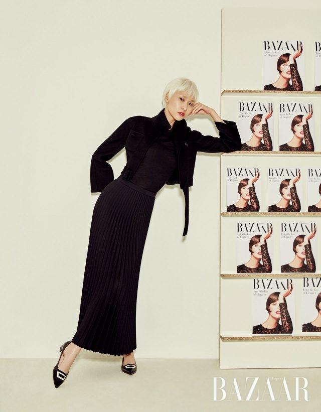 벨티드 디테일의 크롭트 재킷, 니트 터틀넥 톱은 모두 Bottega Veneta, 플리츠 스커트는 4백50만원으로 Dior, 플랫 슈즈는 93만원대로 Roger Vivier 제품.