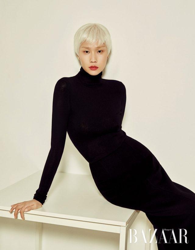 니트 터틀넥 톱은 Salvatore Ferragamo, 울 소재의 H라인 스커트는 Bottega Veneta 제품.