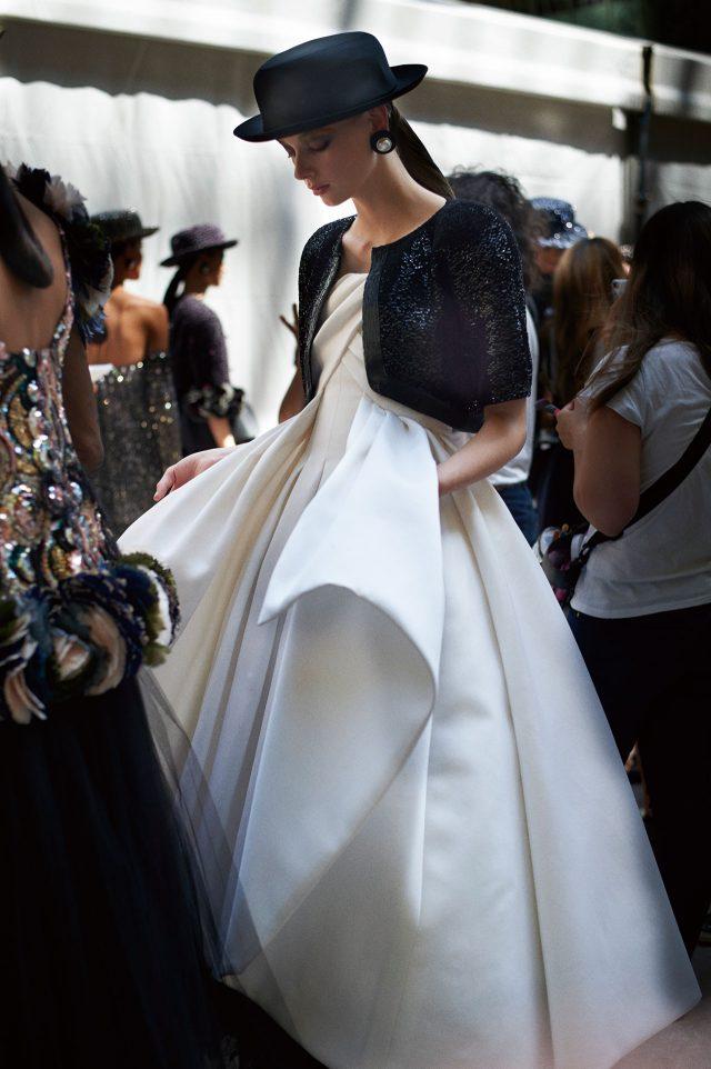 클래식함과 모던함이 공존하는 블랙 앤 화이트의 이브닝 드레스.