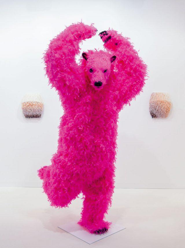 마시모 데 카를로 갤러리 부스를 점령한 파올라 피비의 핑크색 곰 'Cha Cha Cha'.