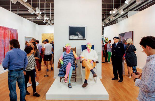 가고시안 갤러리 부스에서 관람객을 환대하고 있는 우르스 피셔의 작품 'Bruno & Yoyo'.