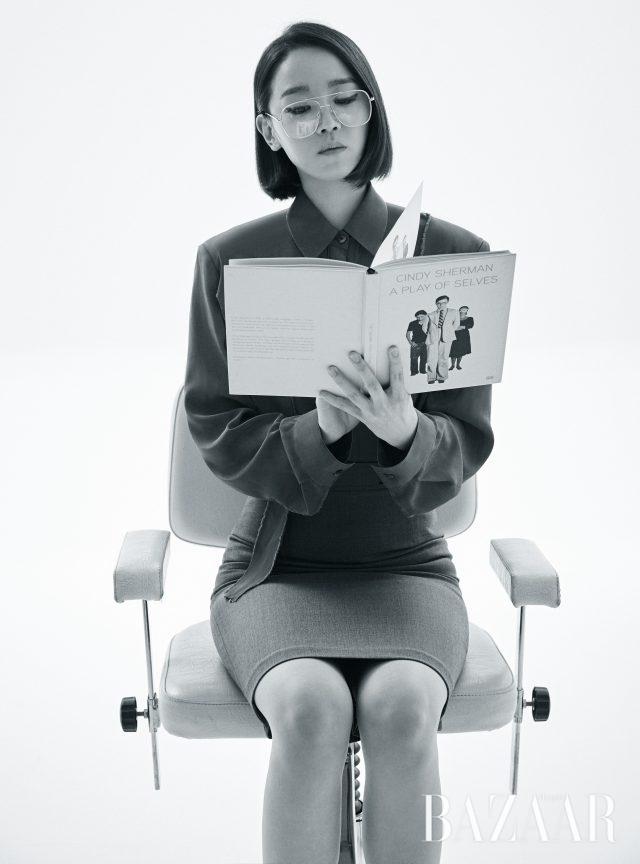 커팅 디테일의 셔츠와 타이트 스커트는 모두 Fleamadonna, 안경은 스타일리스트 소장품.