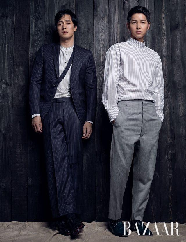 소지섭이 입은 수트, 셔츠는 모두 Dries Van Noten by BOONTHESHOP, 슈즈는 Christian Louboutin 제품. 송중기가 입은 하프넥 셔츠는 Customellow, 팬츠는Vivienne Westwood,로퍼는 Giuseppe Zanotti 제품.