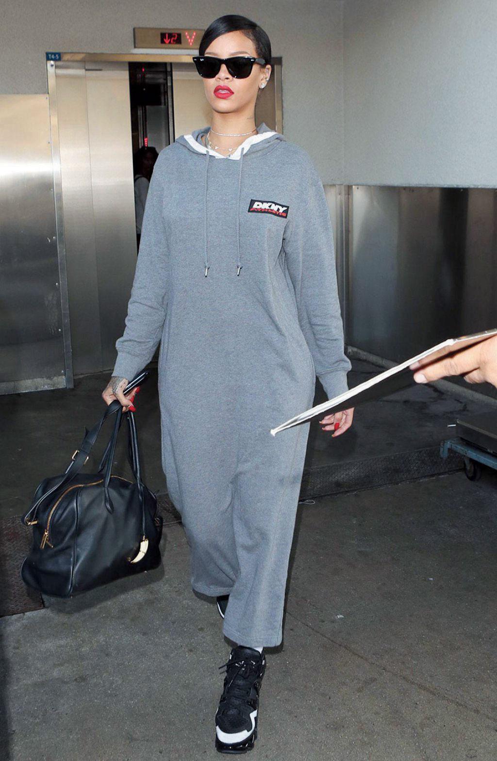 DKNY의 스웨트 드레스를 세련되게 소화한 리아나